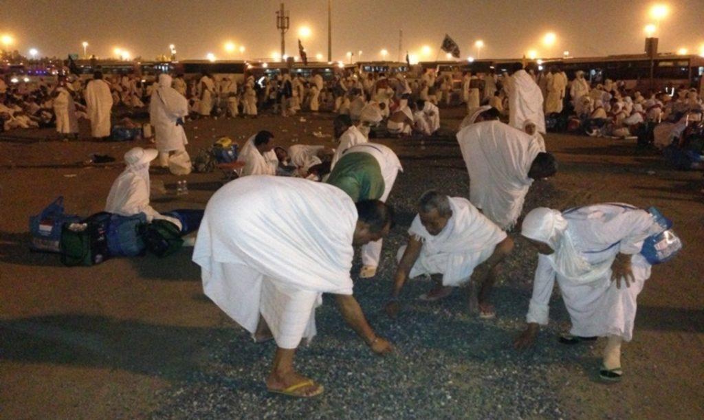 Jamaah Haji mabit dan mencari kerikil di Muzdalifah untuk melontar Jumrah
