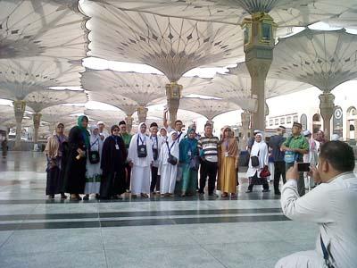 Jamaah Umroh Risalah Madina Berfoto di Halaman Masjid Nabawi