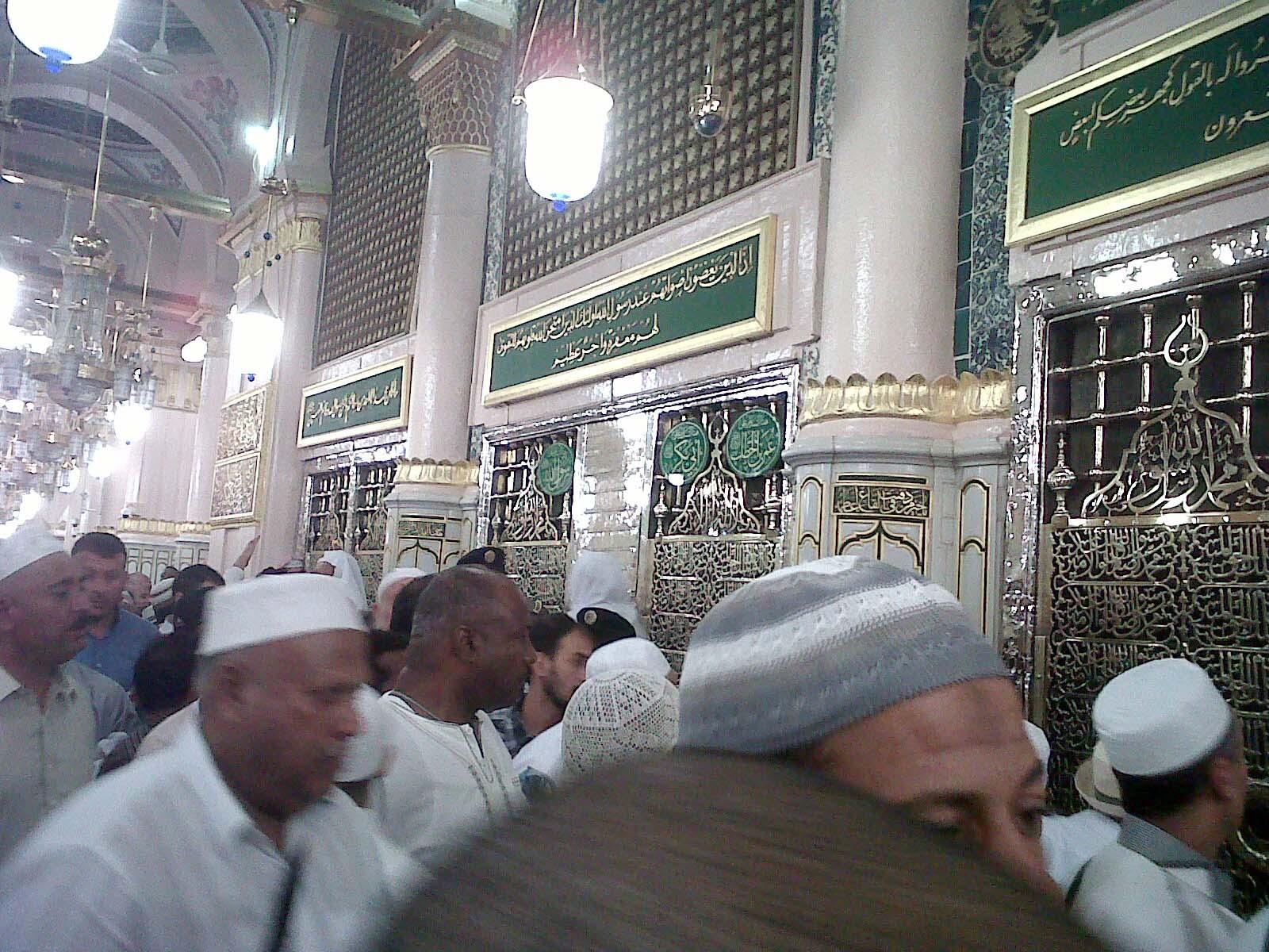 Jamaah Umroh Murah Risalah Madina di Depan Makam Rasulullah SAW di Masjid Nabawi