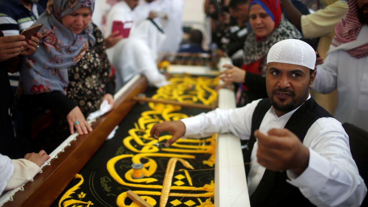 Jamaah Haji dan Umroh Mengunjugi Pabrik Pengrajin Kain Kiswah (Voa Indonesia)