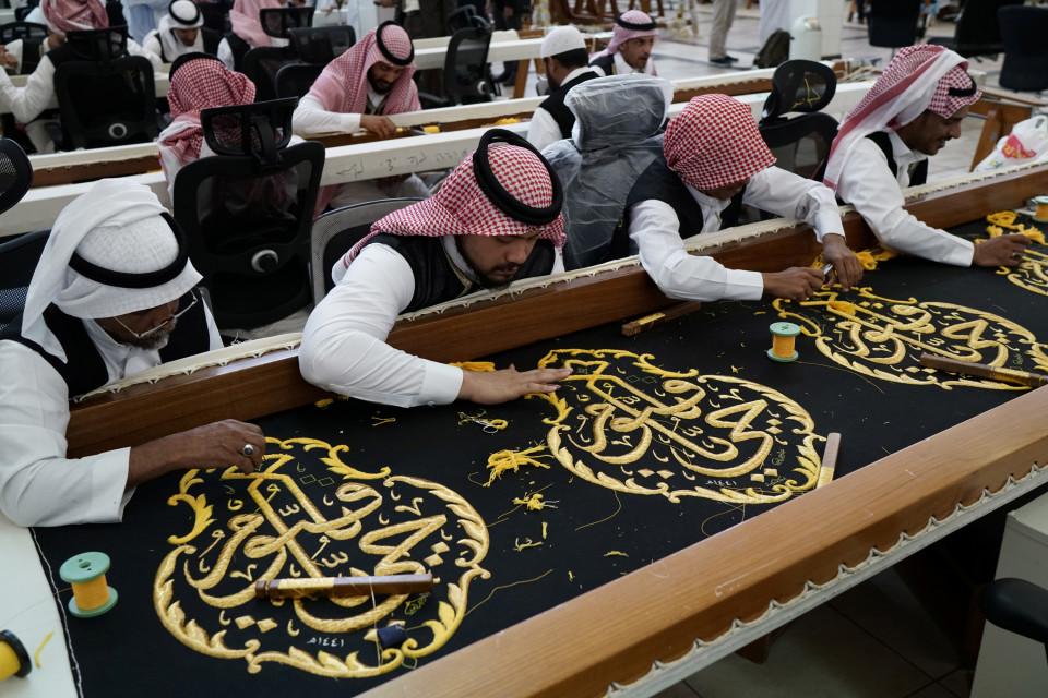 Menyulam kain kiswah dengan benang emas secara akurat (akurat.co)