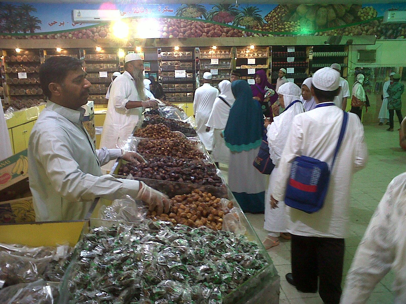 Jamaah Umroh Kota Bekasi Cikarang dan Karawang ke Pasar Kurma