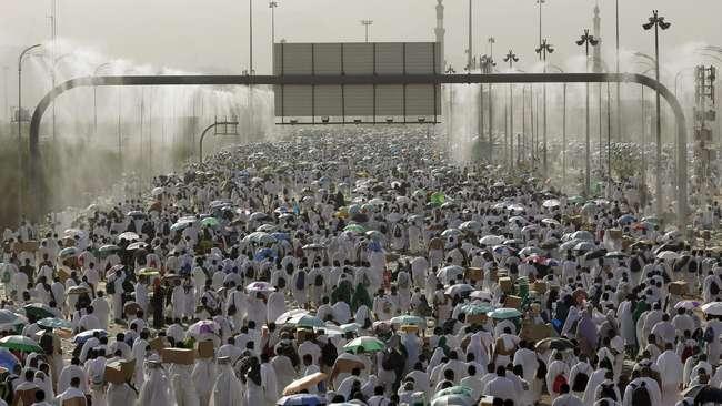 Alat-alat penyemprot air ke udara seperti hujan buatan di Padang Arafah