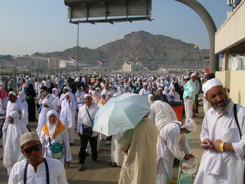 Jamaah Haji melakukan lempar jumrah di Jamarat Mina