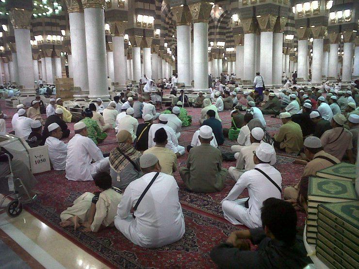 Jamaah umrah Risalah Madinah mendengarkan tausiah di Masjid Nabawi