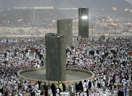 Jamaah Haji Melempar Jumrah di Jamarat Mina
